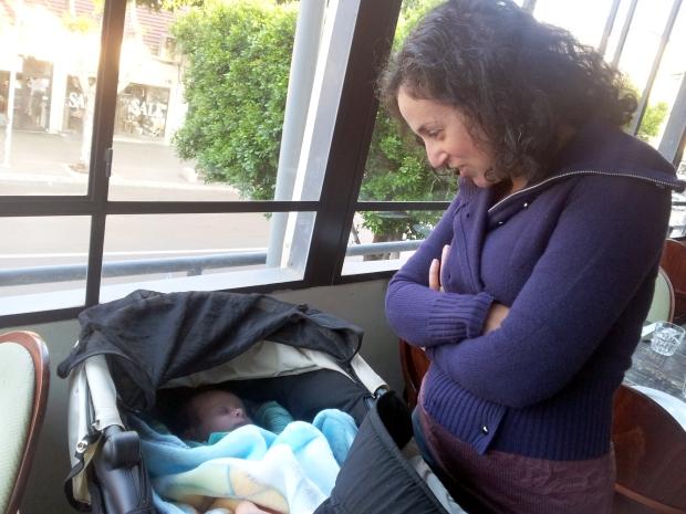 אמא שבעה מביטה אל הילד שלה