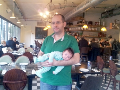 אבא עם אורי על הבטן